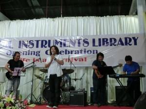 180512ミャンマー楽器の図書館コンサート3ミャンマー人歌手